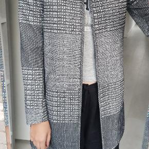 Fin åben jakke uden lynlås eller knapper.