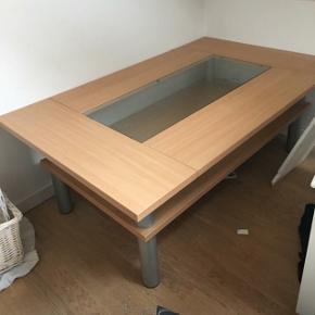 Flot bord, ikke brugt særlig meget men har selvfølgelig brugs ridser