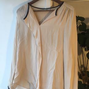 Fin bluse / skjorte fra DAY i sart lyserød.