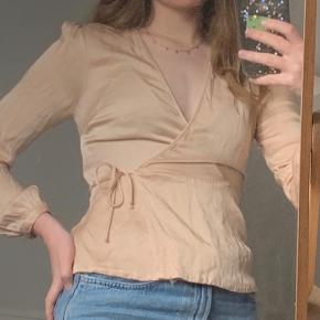 Fin bluse fra Zara i fersken/beige.