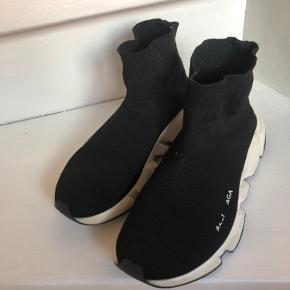 Balenciaga sneakers str.37  Logoet på den ene sko er næsten slidt af  Jeg sender gerne flere billeder  Ny pris var 4.500   Medfølger desværre ikke kasse og heller ikke kvittering. Derfor den billige pris :)
