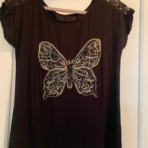 Sort bluse med lynlås i ryggen der kan åbnes, blonde indenunder, aldrig brugt. Bryst - 49 cm