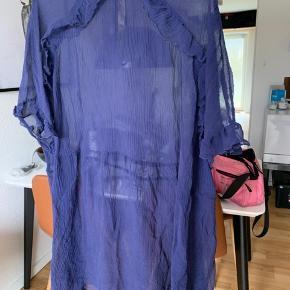 Flot blålilla kjole fra Custommade. Brugt meget få gange. Np: 1200kr Underkjolen der medfølger er klippet af selve kjolen så den er lettere at få på✌🏻