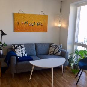 Rigtig god sofa fra Idé møbler. Behagelig og holder formen rigtig pænt.  Ny pris: 3999 kr   Højde: 81 Længde: 179 Dybde: 86  Der er en lille plet bag på sofaen, som man ikke ser. Sælges grundet flytning 😊