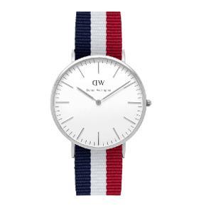 Helt nyt Daniel Wellington ur, det har aldrig været brugt eller prøvet på. Det kommer i en flot æske, med garantibevis m.m. Det er et jeg har vundet hos en smykkeforretning på frb. Men som jeg aldrig får brugt. Derfor sælger jeg det.  Ny pris: 1200kr