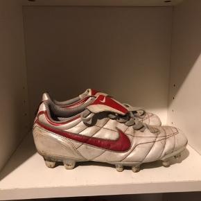 Sælger disse fed (Nike fodboldstøvler)🔥  75kr og de er dine🚧 cond  6/10  Ingen kasse eller kvitering!  Du er altid velkommen til at skrive😄