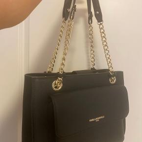 Sælger denne her fede taske fra Karl lagerfeld, da jeg ikke får den brugt.   Den er som helt ny. Kun brugt et par gange :)   KOM GERNE MED BUD