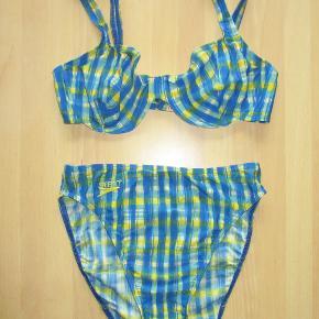 Lækker bikini fra Speedo, str 40, B/C-cup. Bh'en er med bøjle og lukkes med en spænde bagpå. Farve: Ternet blå/gul Oprindelig købspris: 500 kr.  Ingen byt, og prisen er fast