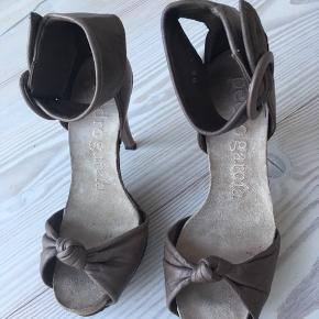 Superbehagelige stilet-sandaler i det lækreste bløde læder. De er egentlig en stor str. 36, så en str.37 passer dem også. De kan nemt bruges i mange timer uden at få ømme fødder.  Byd gerne 😊