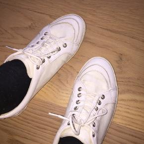 LÆKRESTE hvide kinda retro vagabond sneakers. De er en str 38 og er næsten ikke brugt - kun 2/3 gange - derfor er de i perfekt stand. Mp 200 da de næsten er nye og ubrugte. Ellers byd :))