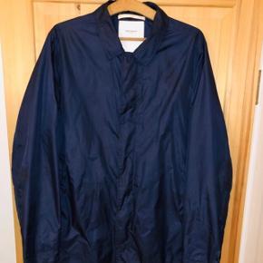 Lækker, lang jakke. Tyndt materiale - perfekt til de varmere tider der kommer :-)