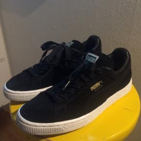 Fede sorte Puma Suede sneakers i str. 37 sælges. De er brugt en gang og sælges da jeg prøver at rydde ud i skabet. Kom med et bud - og tjek mine andre annoncer for bla. flere sko :-)