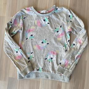 Bluse med enhjørning fra H&M. Str 122/128. Brugt men god stand. Sender gerne ved køb over 50kr.
