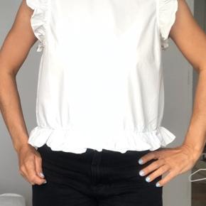 Skjorte top i super stand. Er en lille M. Fin ryg med knapper hele vejen ned.   Se også mine mange andre annoncer.