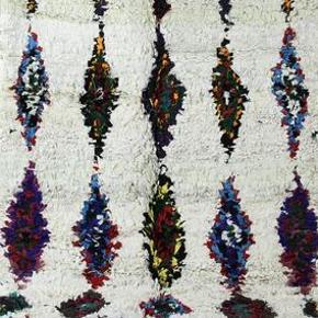 Tæppet er håndlavet og måler 220x105 cm. Tæppet kan afhentes eller sendes med GLS. Det er ikke muligt at sende med DAO, da tæppet både fylder og vejer for meget.