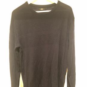 Sælger denne pæne mørkeblå sømands-strik fra Mads Nørgaard. Trøjen er i pæn stand og er 100 % uld. Nypris er omkring 800 kr. Den svarer nok mere til en large en XL.