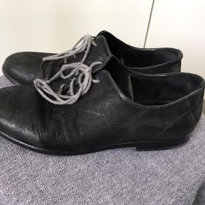 The last Conspiracy -sort sko. Klassisk, tidsløs sko med en sort vintage læder overflade. Skoen lukkes med snøre bånd og kan bruges både det hverdag og fest. Brugsspor, men god stand og ikke slidt.  Køber betaler Porto