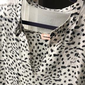 Fin skjorte i 100 % silke. Ingen brugstegn. Brugt og vasket i hånden 1 gang  🌟 Se også mine andre annoncer🌟