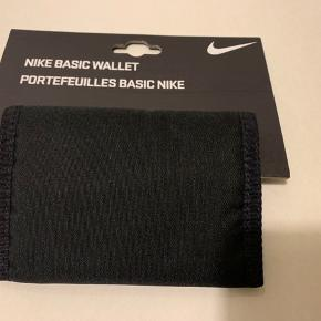Lille sort Nike pung Mål: Bredde 13 cm & højde 9 cm når den er lukket!