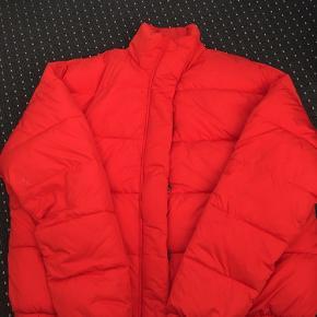 Rigtig skøn dun jakke (100% polyester), som sidder rigtig pænt på. Den er kun brugt et par gange.