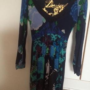 Brand: Desigual, Varetype: kjole Farve: blå Oprindelig købspris: 900 kr.   Smuk kjole i rigtig flot stand. Brugt få gange. Ingen anmærkninger. Alm. i størrelsen. Længde lige over knæet til mig (162 cm høj).    Øvrige billeder:  Rützou silketørklæde, stort, flot stand - 300 kr - plus porto - SOLGT  Moss Copenhagen kjole, flot stand - 200 kr. - inkl porto    Handel via mobilepay. Ved ts betaler køber for gebyret.
