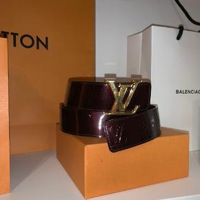 Louis Vuitton Bælte I en glans mørkelilla farve Medfølger Boks og kvittering, gammel model fra 2005 eller 2003, husker ik helt præcist Lavet ekstra huller Str 85