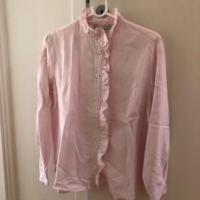 Lyserød skjorte med kalvekrøs fra FWSS.