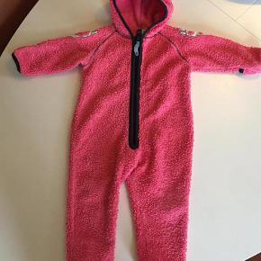 Varetype: Fleecedragt/ sovedragt Farve: Pink  Super skøn fleecedragt, brugt en del , men stadig rigtig fin