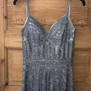 Virkelig flot galla kjole fra TP kjoler! Har været brugt en enkelt gang, men desværre er nogle af perlerne løse på stropperne (skriv for billeder) derfor sælges den billigt!  Mp: 1000  Ny pris: 5000