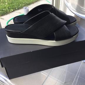 Skønne sandaler fra Ecco desværre købt i en størrelse for lille. De er kun prøvet på indendørs, så er helt som nye. Sælges for 475 plus porto.