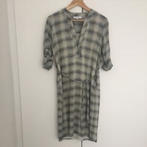 Tunika / lang skjorte / kjole i stof der falder blødt, kan bruges med el uden bælte