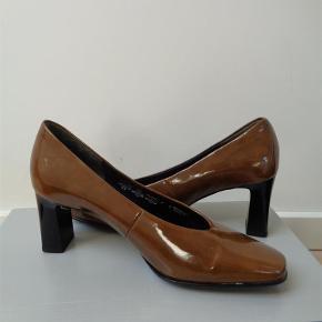 Varetype: Flotte lak sko Farve: brune Oprindelig købspris: 799 kr.  Hælhøjden er 7 cm Det er en normal størrelse 4 ( 37 )  Bytter ikke, da jeg sælger dem for en veninde