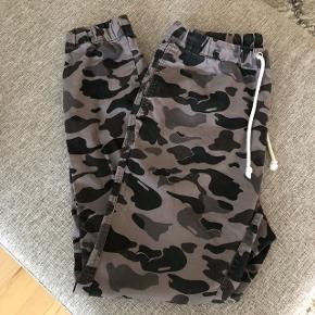Bukser fra H&M til mænd i str. M.Der er elastik i livet og i benene.