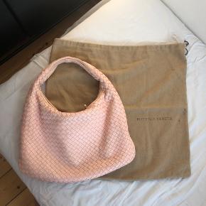 Taske fra bottega veneta. Fin farve, den er i fin stand men der er brugstegn på den.