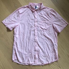 Fedeste Lyserøde Kortærmet Skjorte Fra H&M  • Str. Large - Længde er Cirka 75cm • 100% Bomuld  • NP: 250kr • MP: 29kr