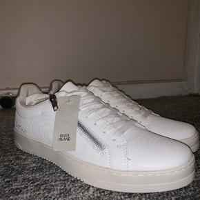 Sælger disse vold fede white zip sneaks fra River Island. De er kun lige prøvet på, men aldrig blevet gået med. De er en lækker cond 10+. Det er en str. 43. Sælger dem da jeg købte dem i en forkert størrelse;))
