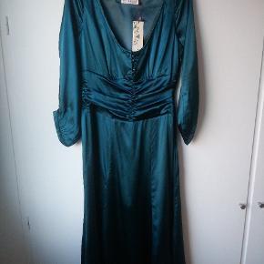 Flaskegrøn kjole i satinsilke (92% silke, 8% spandex). Aldrig brugt, ingen fejl/mangler. Har samme kjole til salg i sort.