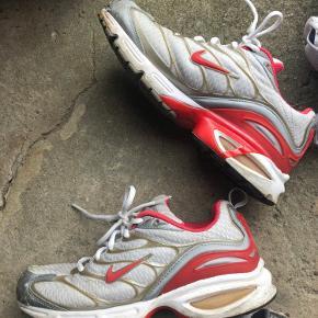 """- Røde NIKE Max air str 40 - 25,5cm. Brugte - tegn på slid ved """"snuden"""" 230kr  💚💚💚 - Fila sneakers str 41. God stand. 230kr. 🧡🧡🧡 - Nike sneakers med lilla logo, str 42 - 26,5 cm. Brugte. 120kr  💜💜💜 - New Balance. Str 40,5 - 26 cm. Brugte. 120kr 💙💙💙"""