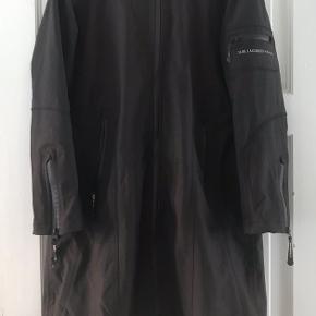 Elegant fritidsjakke/regnjakke med feminin silhuet i sort fra Ilse Jacobsen. 🖤💦  Jeg har fået den af min svigermor, men kan desværre ikke passe den. Hun har brugt den få gange. Meget pæn og ingen slid.  Skriv gerne hvis du ønsker mål 📏✏️