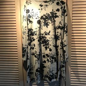 Varetype: lækker blød kjole Farve: grå/sor  lækker ny kjole-aldrig brugt  polyester og 5% strech-lange ærmer  brystomk.ca. 106 cm  læng.ca. 93 cm  BYTTER IKKe