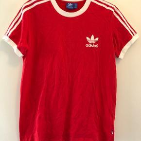 Adidas t-shirt. Aldrig brugt. Passer en s-m. Byd gerne🌸 Fragt betales af køber - prisen er eksklusiv fragt.