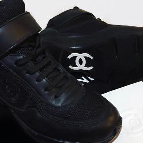 Sælger mine Chanel sneakers, da jeg ikke får dem brugt. Der medfølger boks og kvittering☺️