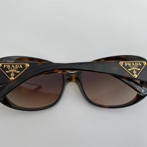 Super flotte solbriller fra Prada i brune nuancer. De fremstår som nye uden ridser da de kun er brugt et par gange. De kan ses på Frederiksberg eller sendes med DAO (køber betaler) :-)