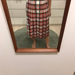 Ternet vintage nederdel i de fineste forårs farver. Fejler intet .