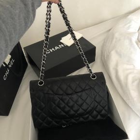 Rigtig fin Chanel taske . Den er i god stand, dog har den selvfølgelig brugstegn. Da jeg har fået den i gave, så har jeg alt andet end kvittering men jeg står 100% inde for den er ægte og det kan også bekræftes nede i Chanel butikken. Jeg sælger den kun hvis rette bud opnåes. Min umiddelbart mp er 21.000 Den kan ses i Charlottenlund, hvis dette ønskes.