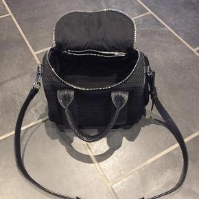 Varetype: Rockie mesh skind taske Størrelse: Rockie Farve: Sort  Virkelig skøn taske fra Alexander Wang med fede detaljer.  Fejler intet og brugt begrænset.  Sendes med DAO. Ved ts handel betaler køber gebyr. Handler gerne mobilpay.  Mp 2750 kr incl forsendelse med Dao over mobilpay 😊