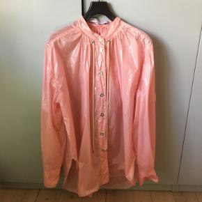 Walk of shame oversized rain jacket in a perfect bubblegum pink. Detachable hood Length 77 cm.  Armpit to armpit 80 cm.   Priced at €486.  = 3600 DKK  talje 38,5 længde 109  jeg tager ikke billeder med tøjet på   ALLE varer sendes med dao for købers regning.   BEMÆRK ingen bytte eller retur - jeg tilbyder ikke afhentning eller at mødes. Venligst respekter dette - jeg gør ikke nogen undtagelser.