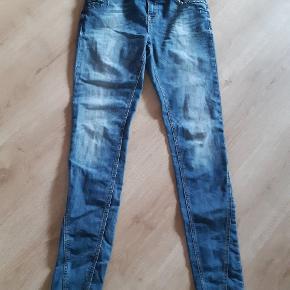 Fede jeans med smukke detaljer str 30/34. Normal talje. Brugt 3 gange og uden brugsspor.