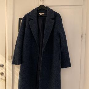 Super smart frakke i uld fra H&M L.O.G.G. Fejler intet. Fnuldre ikke. Går til ned under knæene ca.   Kun seriøse henvendelser