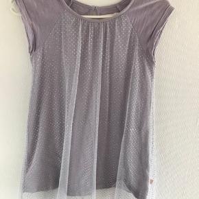 Flot grå kjole fra Aya Naya. Kjolen har et tyndt lag tyl med sølv prikker på. Kjolen er stor i størrelsen og svarer til 7 år. Er i god stand.